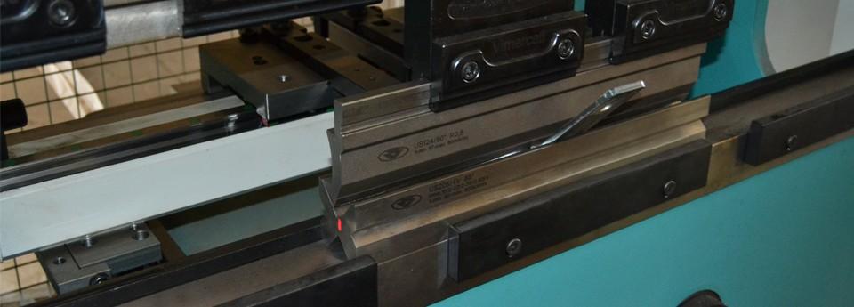 Гибка металла – одна и самых надежных технологий обработки листовых изделий для придания им необходимой формы.